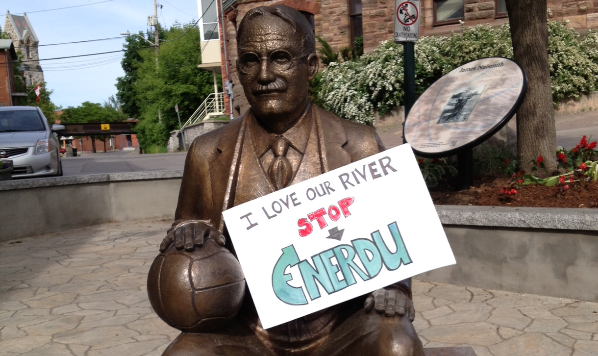 Naismith statue with a stop Enerdu sign
